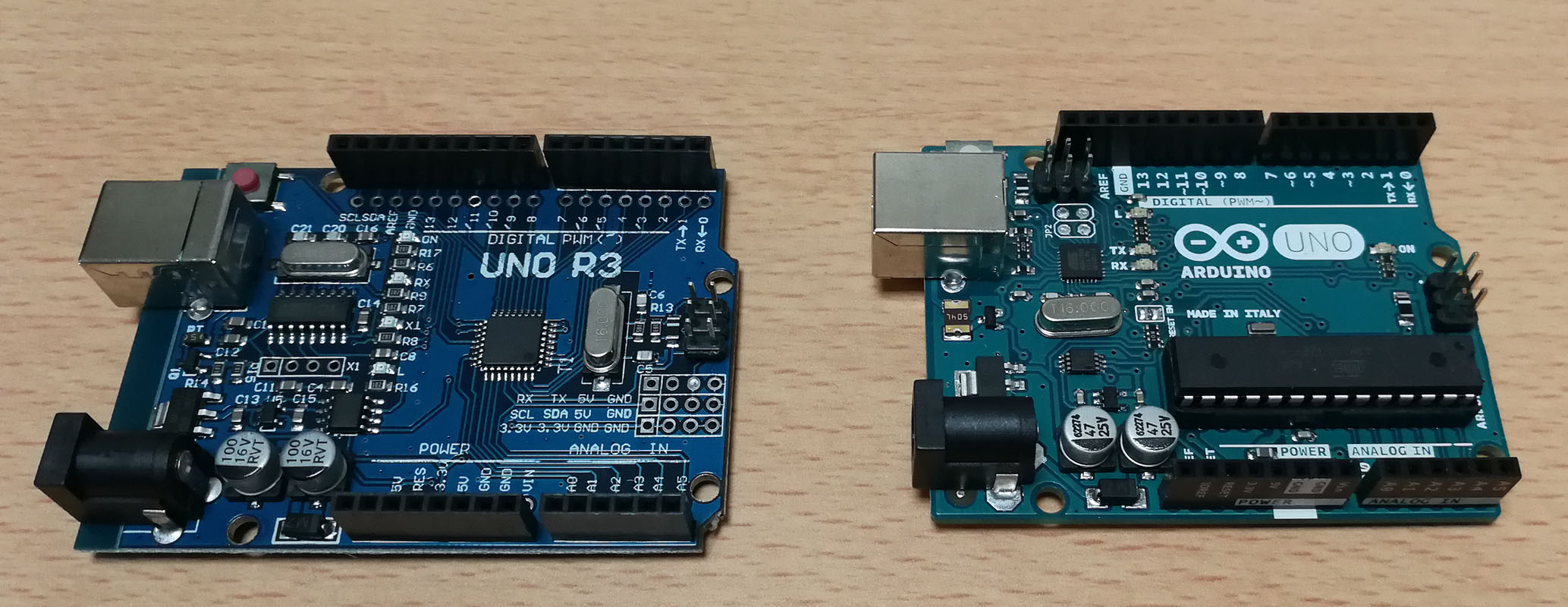 右が互換機、左が本物のArduino UNO R3