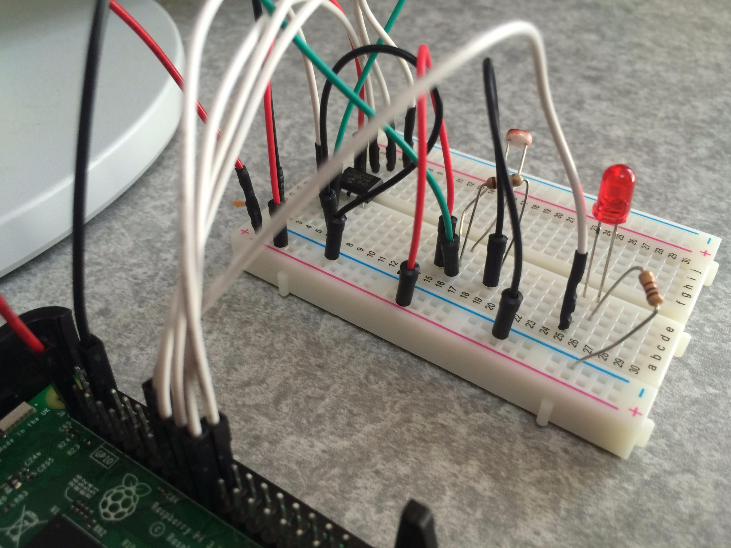 Raspberry Pi 3でpythonを使い暗くなったらLEDを光らせる!回路.jpg
