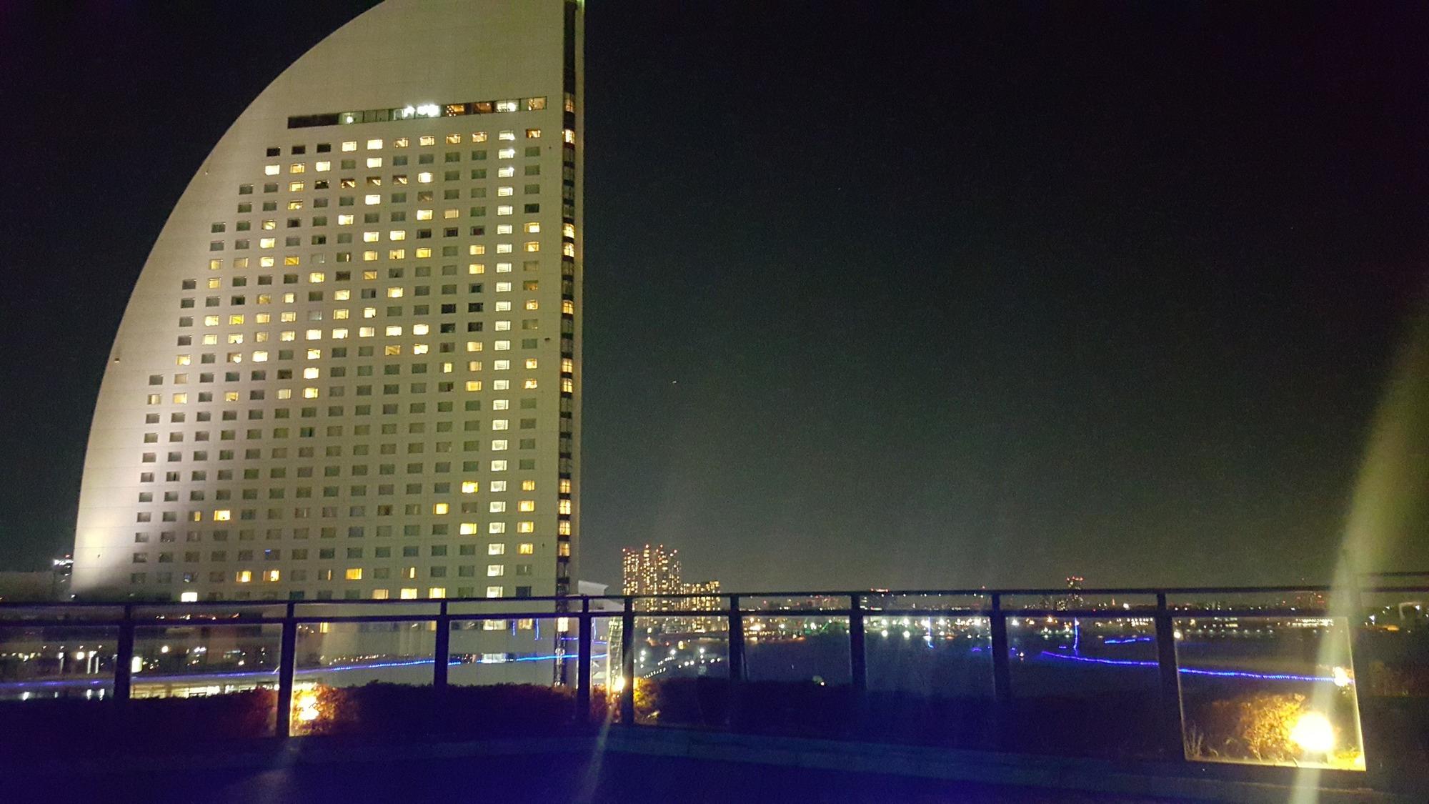 万葉倶楽部の足湯から見たヨコハマ グランド インターコンチネンタル ホテル